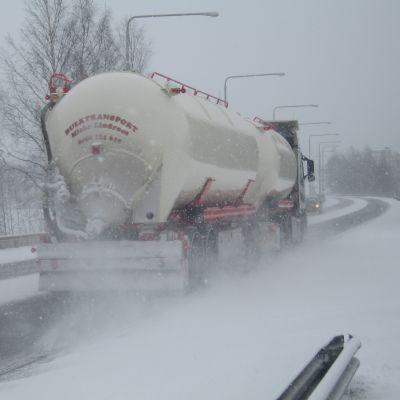 Långtradare i vinterföre på Pojoviksbron i Ekenäs