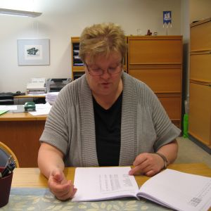 Carola Löf vid skrivbordet