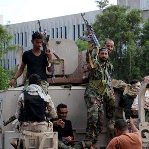 Sydjemenitiska separatister firar efter strider i hamnstaden Aden.