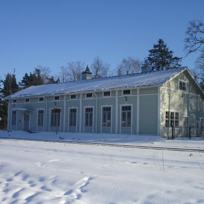 Svartå järnvägsstation i snöigt landskap.