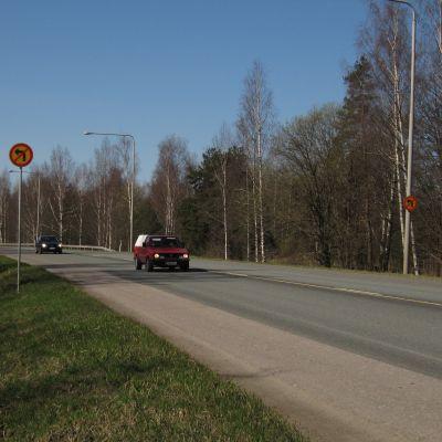 Trafikmärke som anger att vänstersväng är förbjuden.