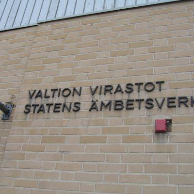 Namnet på statens ämbetsverk på verkets vägg i Hangö.