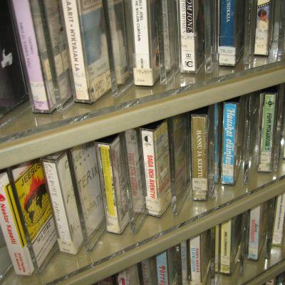 Kassetthylla på biblioteket.