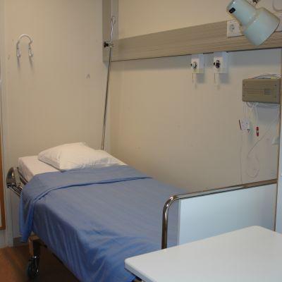 En bäddad sjukhussäng.