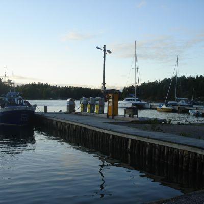 Småbåtshamnen i Barösund i Ingå, båtar och bränslemack.