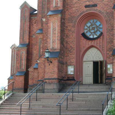 ingången till Lovisa kyrka