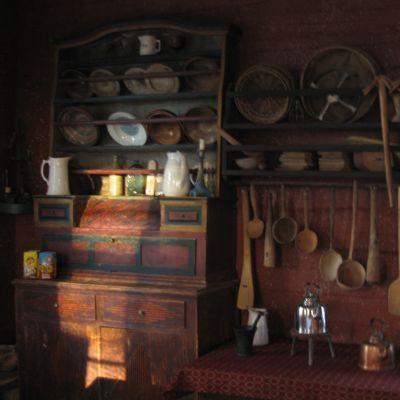 Skåp, slevar och kopparpannor i Fornstugan