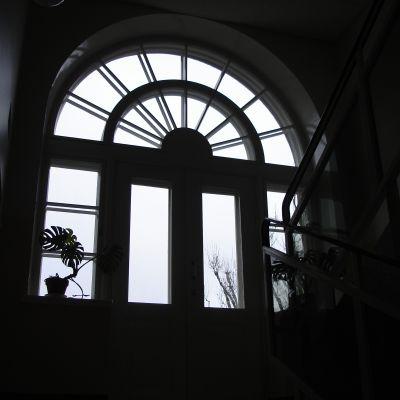 Fönster i huvudbyggnadens trappuppgång på Ekåsens psykiatriska sjukhus.