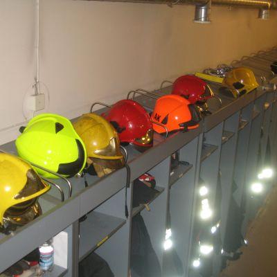 Brandmännens utrustning vid Västra Nylands räddnignsverk i Karis