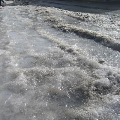 Den extremt hårda isen på vägarna är svår att skrapa bort