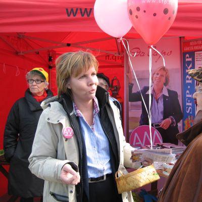 Anna-Maja Henriksson kampanjerar