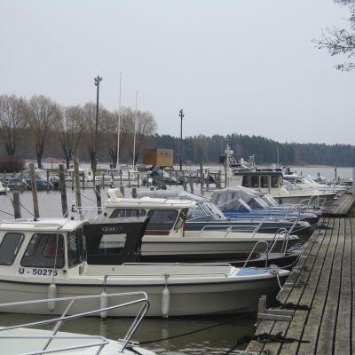 Båtar i Ingå båthamn.