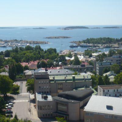 Vy från Hangö vattentorn över Hangö stadshus och Östra hamnen