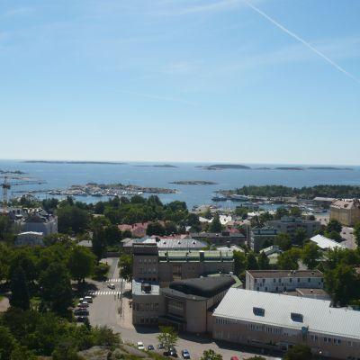Vy över bland annat Östra hamnen, stadshuset och bilioteket i Hangö