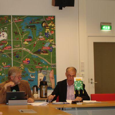 Raseborgs stadsdirektör Mårten Johansson och styrelseordförande Ulf Heimberg (SDP)