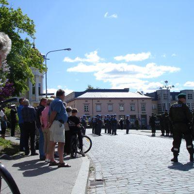 Soldater på parad 4.6.2010 på Rådhustorget i Ekenäs.