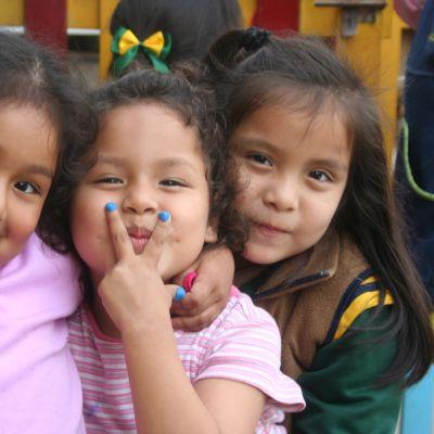 Peruanska barn i Lima.