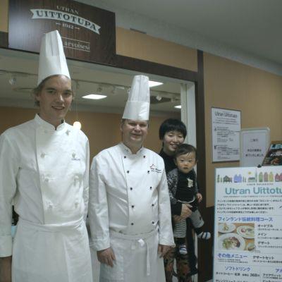 Joona Piiroinen ja Jouko Martikainen sekä asiakkaita ravintolassa Japanissa.