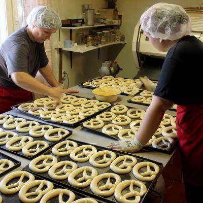 Naiset leipovat viipurinrinkeleitä