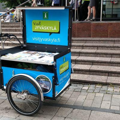 Jyväskylän keskustassa kaupungin matkailuneuvonnan polkupyörä.