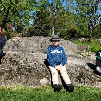 Siri Stenius, Isak Meriläinen och Theo Zilliacus i en park.
