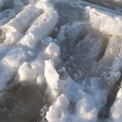 Jään alla sohjoa Jyväsjärvellä, sohjossa näkyy moottorikelkan jäljet..