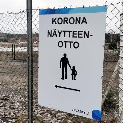Koronanäytteenotosta kertova opastekyltti Jyväskylän Killerin aluella.