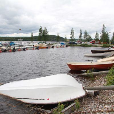 Pielisen pinta on nousussa Nurmeksen satamassa.