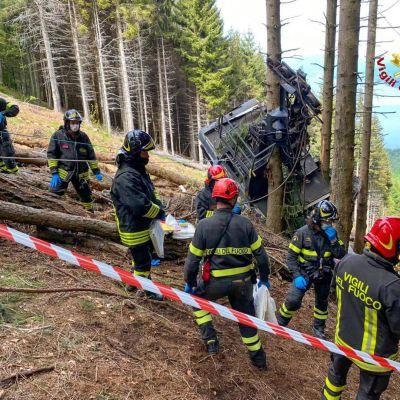 Pelastusviranomaiset tutkivat onnettomuuspaikkaa Pohjois-Italiassa.Köysiratavaunu putosi maahan Maggiorejärven rannalla Stresan kunnassa Piemonten alueella.