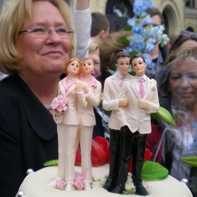Par av samma kön på en bröllopstårta.