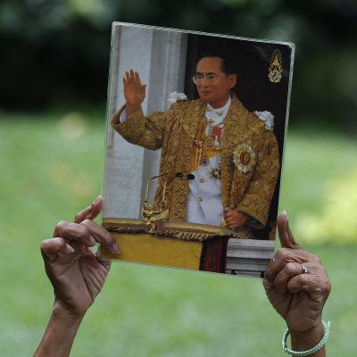 Porträtt av Thailands kung Bhumibol.