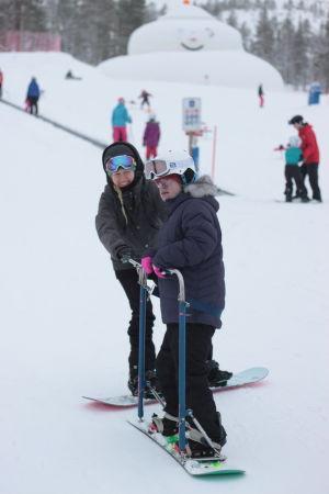 snowboardåkning där funktionshindrad åker på en specialbräda