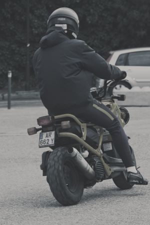 Ung person åker moped