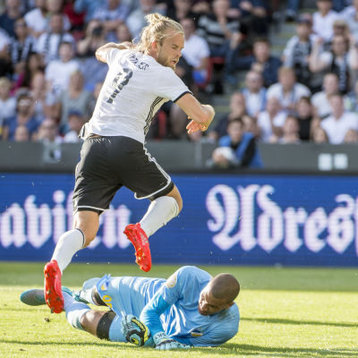 APOEL:s målvakt Boy Waterman och Rosenborgs anfallare Christian Gytkjaer kämpar om bollen.