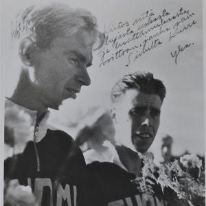 Kurt Wires och Yrjö Hietanen på prisutdelning vid OS 1952 i Helsingfors.