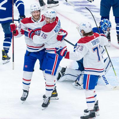 Joel Armia, Jesperi Kotkaniemi och Tyler Toffoli firar ett mål i slutspelsserien mot Toronto.