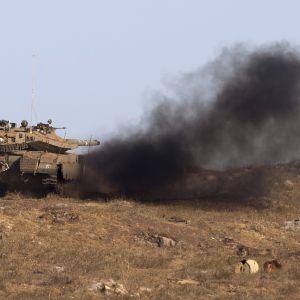 En israelisk Merkava pansarvagn deltar i en militärövning nära den syriska gränsen där man övar inför en attack från Syrien