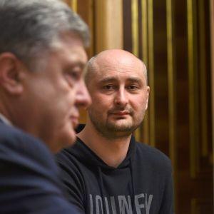 Ukrainas president Petro Porosjenko och den ryska journalisten Arkadij Babtjenko träffades i Kiev 30.5.2018.