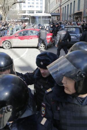 Kravallpolis infann sig snabbt till Pusjkintorget i centrum av Moskva där tusentals aktivister hade samlats