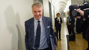 Utrikesminister Pekka Haavisto (Gröna) i en korridor i riksdagen, på väg till grundlagsutskottet.