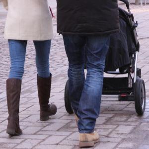 familj på promenad