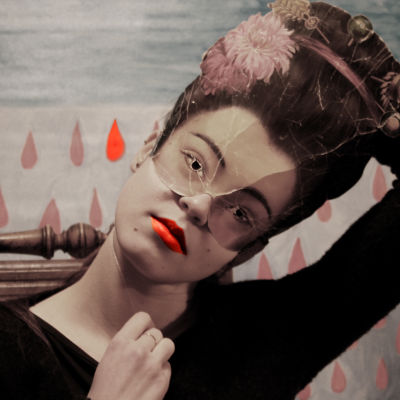 Nainen naamio päässä