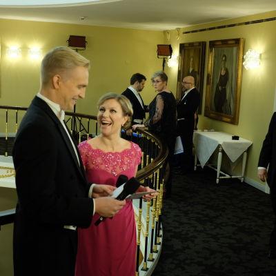 Janne Grönroos och Tiina Grönroos förbereder sig inför kvällen på slottet.