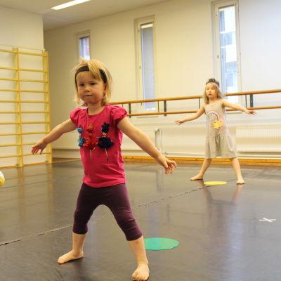 Tytöt tanssivat