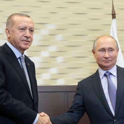 Recep Tayyip Erdoğan skakar hand med Vladimir Putin.