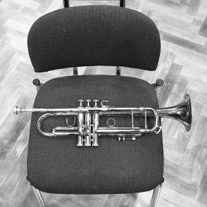 trumpetti tuolilla