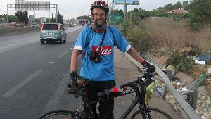 Rämö moottoriten varressa Beirutin liepeillä pyörän kanssa