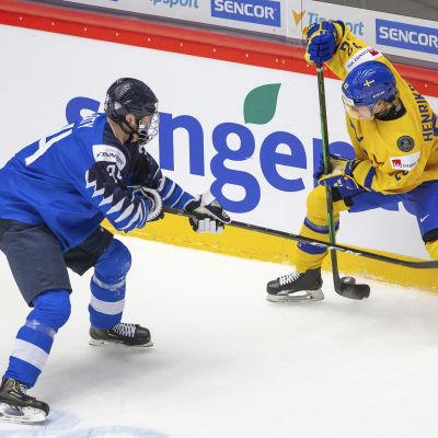 Aatu Raty kämpar om pucken med Karl Henriksson.