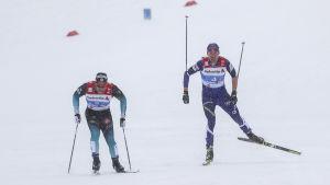 Avgörandet. Richard Jouve lägger i spurtväxeln och lämnar Perttu Hyvärinen bakom sig i kampen om brons.
