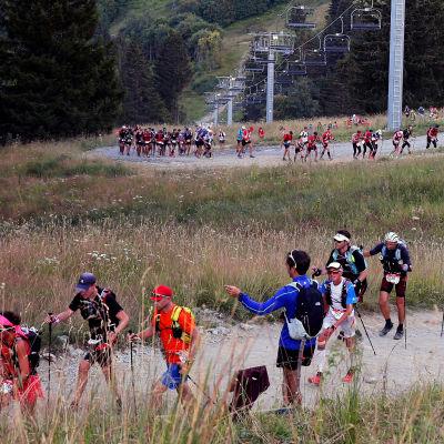 Ultralöpare springer uppför backe.